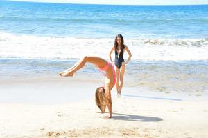http://img211.imagevenue.com/loc1113/th_155758237_Mary_and_Aubrey_Hawaii_II_Beach_Bunnies_38_123_1113lo.jpg