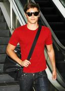 http://img211.imagevenue.com/loc1146/th_25051_Zac_Efron_Arriving_At_LAX_From_Canada4_122_1146lo.jpg